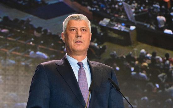 하심 타치 코소보 대통령이 10월 26일 동남유럽 평화서밋 개회식에서 기조연설을 하고 있다.