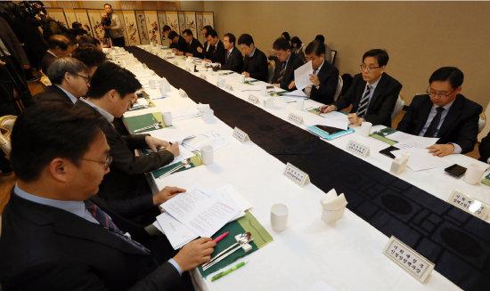 11월 8일 서울 종로구 세종대로 정부서울청사에서 열린 제12차 혁신성장 전략점검회의. [뉴스1]