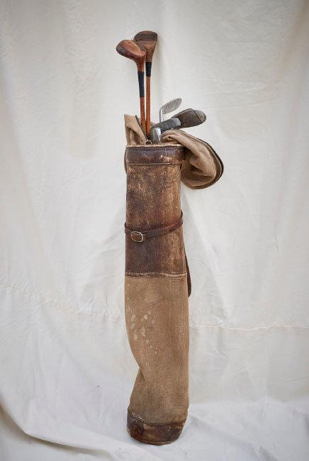19세기 말 제작된 캔버스 재질의 앤티크 골프백. 안에 담긴 골프채 또한 19세기 중반에서 후반에 사용된 것들이다.