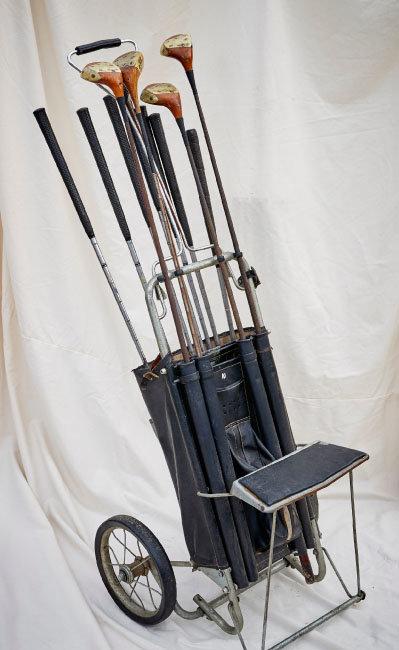 1950년대 골프 코스에서 사용한 카트와 클럽들. 카트에 의자도 달려 있다.