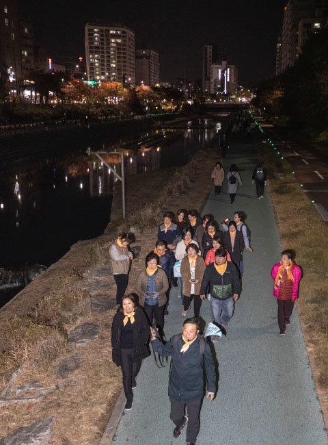 11월 11일 서울 은평구에서 진행된 구민 걷기대회 참가자들이 어스름한 불광천변을 걷고 있다. [박해윤 기자]
