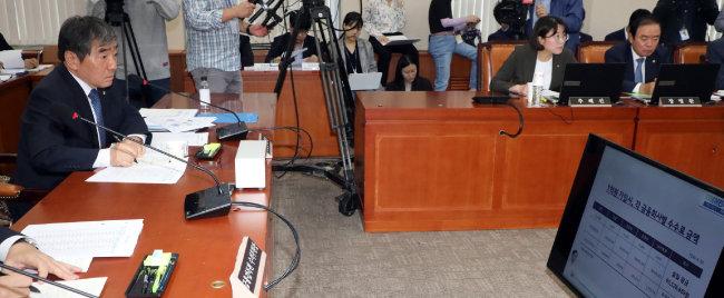 윤석헌 금융감독원장이 2019년 10월 8일 서울 여의도 국회에서 열린 정무위 국정감사에서 제시된 DLF 관련 자료를 살펴보고 있다. [뉴스1]
