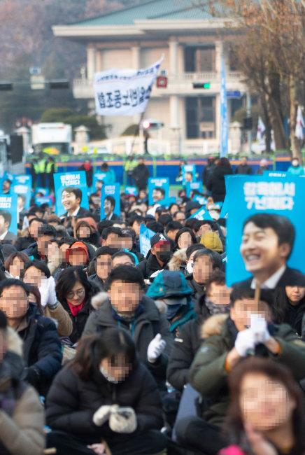 2019년 12월 7일 청와대 앞, '이석기 의원 내란음모 사건 피해자 한국구명위원회' 회원들이 이 전 의원 석방을 요구하는 집회를 열고 있다.