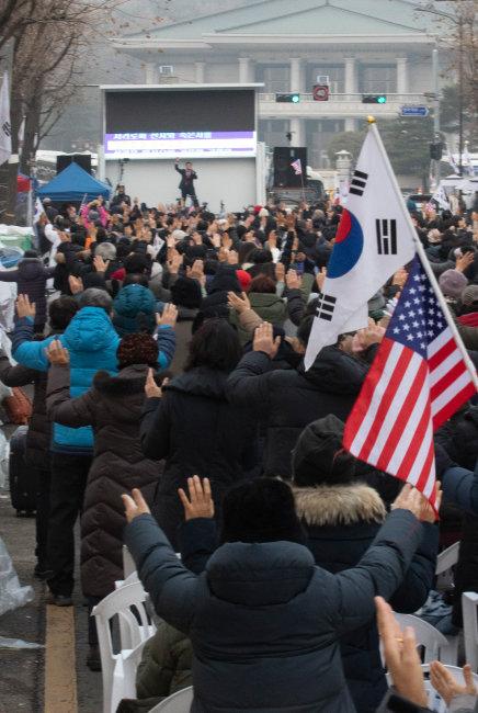 2019년 12월 9일 청와대 앞, '문재인 하야 범국민투쟁본부' 측 기독교 신도들이 도로를 점거하고 기도회를 열고 있다.