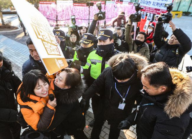 2019년 12월 4일 청와대 사랑채 앞, 민중당 관계자가 나경원 당시 자유한국당 원내대표를 규탄하며 기습 시위를 하고 있다.
