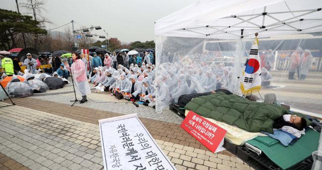 2019년 11월 24일 청와대 분수대 앞, 나경원 당시 한국당 원내대표가 황교안 한국당 대표가 단식 중인 천막 앞에서 공수처법 반대 등을 촉구하는 발언을 이어가고 있다.