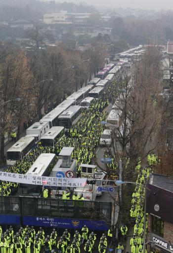 개방 전: 2016년 11월 26일. 청와대 방향으로 진입하려는 시위대를 막아 선 경찰 버스.