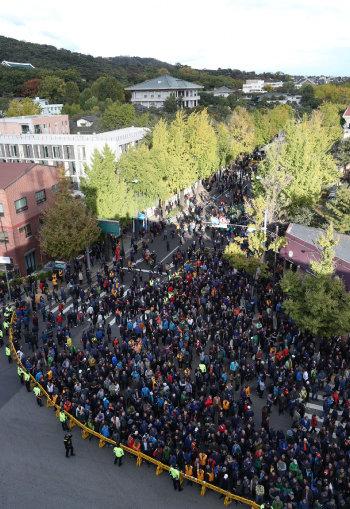 개방 후: 2018년 10월 18일. 청와대 방향으로 집회 행진을 유도하고 있는 경찰.