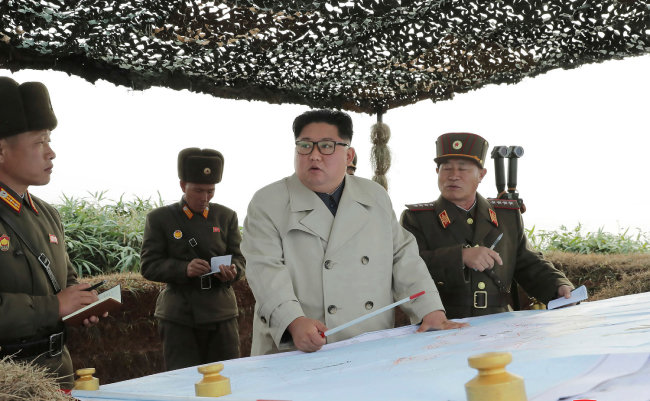 김정은 북한 국무위원장이 2019년 11월 23일 황해도 남단 방어부대를 시찰하며 사격 지시를 내리고 있다. [노동신문]