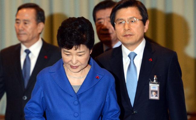 박근혜 당시 대통령에 대한 탄핵소추안이 가결된 2016년 12월 9일. 박 당시 대통령이  마지막 국무위원 간담회를  주재하기 위해 청와대 위민관에 입장하고 있다. 오른쪽은  황교안 당시 국무총리. [청와대사진기자단]