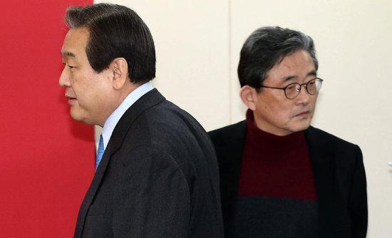 2016년 2월 11일 김무성 새누리당 대표(왼쪽)가 서울 여의도 당사에서 열린 공천관리위원 임명장 수여식에서 이한구 공천관리위원장 앞을 엇갈려 지나가고 있다. [전영한 동아일보 기자]