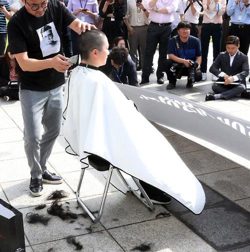 이언주 무소속 의원이 2019년 9월 10일 서울 여의도 국회 본청 계단 앞에서 조국 법무부 장관 임명을 규탄하는 삭발을 하고 있다. [뉴시스]
