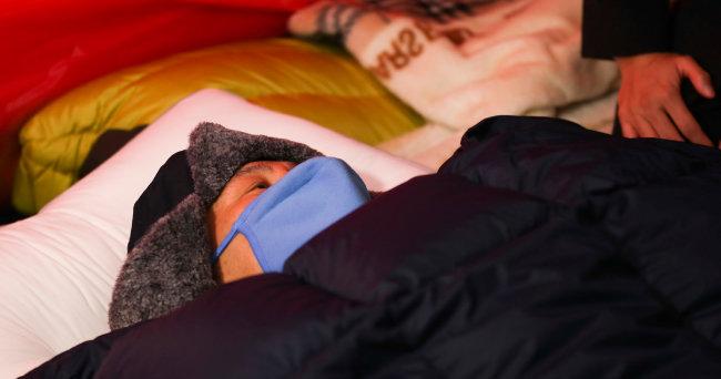 황교안 자유한국당 대표가 2019년 11월 26일 서울 청와대 분수대 앞 단식농성 천막에 누워 있다. 황 대표는 다음 날 병원으로 긴급 이송됐다. [사진공동취재단]