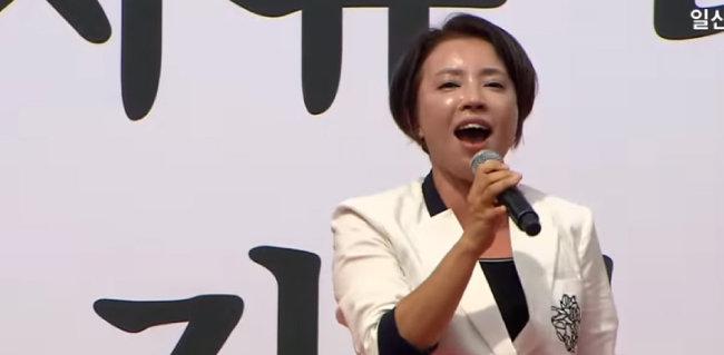 인천의 '다섯 아이 엄마' 김수진 씨가 연설하는 모습. [일산TV유튜브]