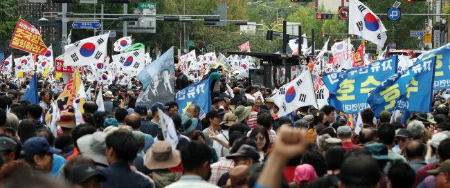 2019년 10월 3일 서울 광화문광장에서 자유한국당을 비롯한 보수단체가 문재인 대통령 하야와 조국 법무부 장관 퇴진을 요구하며 집회를 하고 있다.