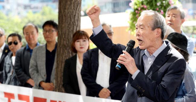 장기표 국민의소리 대표가 2019년 9월 15일 서울 세종로에서 열린 '조국·문재인퇴진행동' 발대식에 참석해 발언하고 있다. [뉴시스]