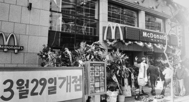 1988년 3월 29일 맥도날드가 서울 강남구 압구정동에 국내 첫 매장 문을 열었다. [동아DB]