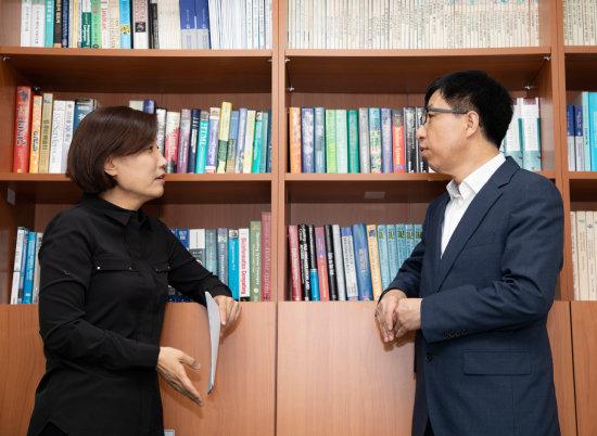 2019년 12월 6일 '신동아'와 대담하는 심규석(오른쪽) 서울대 교수. [조영철 기자]
