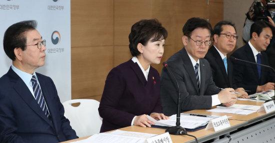 2018년 12월 19일 정부서울청사에서 김현미 국토교통부 장관(왼쪽 두 번째)을 비롯해 해당 지방자치단체장들이 3기 신도시 계획을 발표하고 있다. [동아DB]