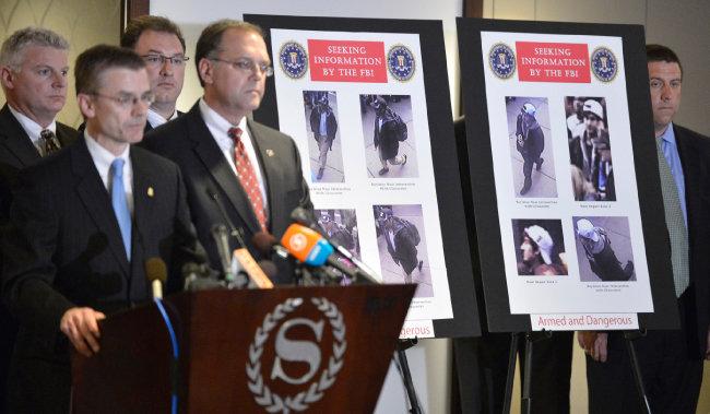 2013년 미국 연방수사국(FBI)이 보스턴 마라톤 테러범을 검거했다고 발표하고 있다. [신화=뉴시스]