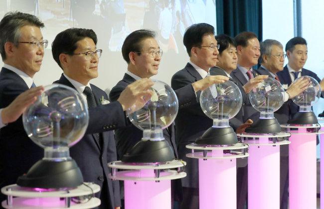 박원순 서울시장(왼쪽 세 번째)이 2019년 10월 29일 서울 여의도 위워크에서 열린 서울핀테크랩 개관식에서 개관 세리머니를 하고 있다. [뉴시스]