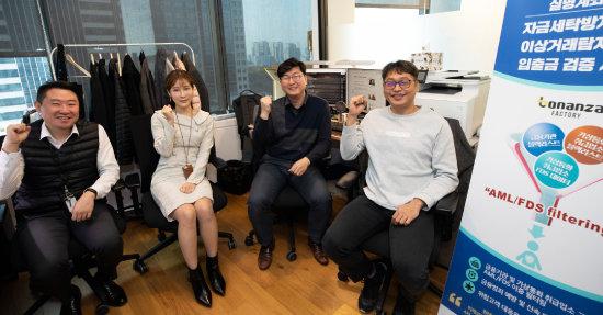 서울핀테크랩에 입주한 '보난자팩토리'는 실명계좌 기반 입출금 서비스를 제공하는 기업이다. 신중원 대표(오른쪽 두번째)를 비롯한 직원들이 파이팅을 외치고 있다. [조영철 기자]