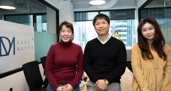 서울핀테크랩에 입주한 대체투자 핀테크기업 '다크매터'의 송진구 한국 대표(가운데)와 직원들. [조영철 기자]