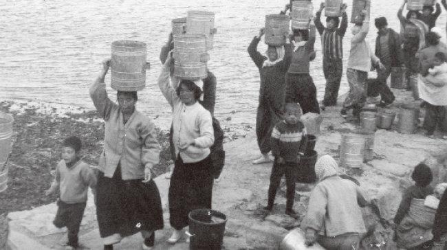 1972년 경남 통영군 한산면 비진도에서 주민들이 행정지도선이 실어온 식수를 받아가고 있다. [동아DB]