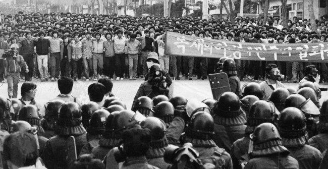 1985년 서울 수유동 4·19민주묘지 입구에서 시위를 벌이는 대학생들을 전경이 저지하고 있다. [동아DB]