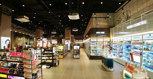 2019년 10월 올리브영 홍대점은 20·30대 고객층을 잡고자 건강기능식품 코너를 대대적으로 개편했다. [CJ올리브네트웍스 제공]
