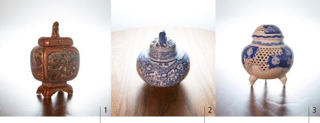 1 한국 해치와 모양이 유사한 고마이누(고려견·高麗犬) 손잡이가 있는 향로. 2 조선이라는 글자와 일본 지도가 그려져 있는 청화백자삼족향로. 3 청화백자 석류문 투각 삼족향로.