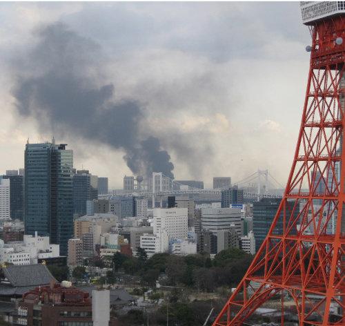 2011년 3월 동일본대지진 이후 일본 도쿄 도심에 연기가 피어오르고 있다. [신화=뉴시스]