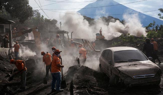 2018년 6월 과테말라 화산 폭발 후 화산재로 덮힌 마을. [AP=뉴시스]