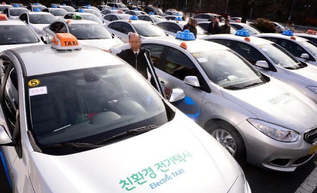 전기택시 시범보급 사업을 위한 시승식이 열린 2016년 1월 20일 오전 대구 수성구 교통연수원에서 택시기사들이 시승 전 전기택시를 선보이고 있다. [뉴시스]