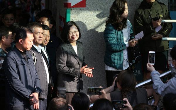 차이잉원 대만 총통이 1월 11일 대만 뉴타이베이시의 한 투표소에서 시민들과 함께 줄을 서고 있다. [뉴시스]