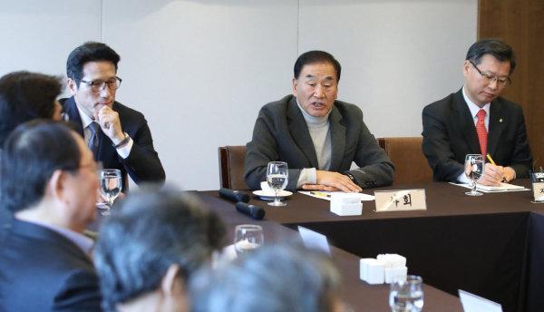 이재오 국민통합연대 창립준비위원장(가운데)이 1월 9일 서울 중구 프레스센터에서 열린 '중도·보수대통합 제2차 정당-시민사회단체 대표자 연석회의'에서 발언하고 있다. [뉴시스]