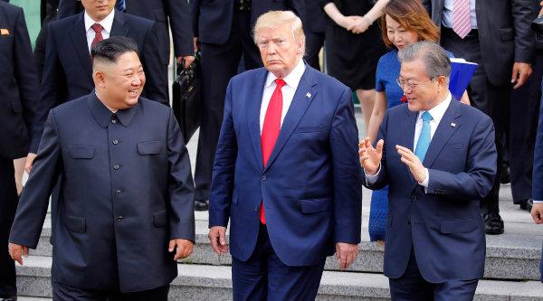 김정은 북한 국무위원장과 도날드 트럼프 미국 대통령이 2019년 6월 30일 판문점 공동경비구역(JSA) 자유의 집에서 회동을 마치고 나오고 있다. 오른쪽은 문재인 대통령. [뉴시스]