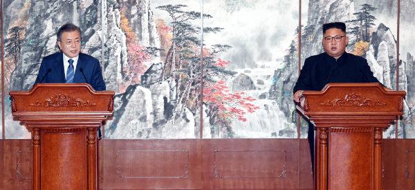 문재인 대통령이 2018년 9월 19일 평양 백화원 영빈관에서 평양공동선언 합의서에 서명한 후 발표하고 있다. [평양사진공동취재단 ]