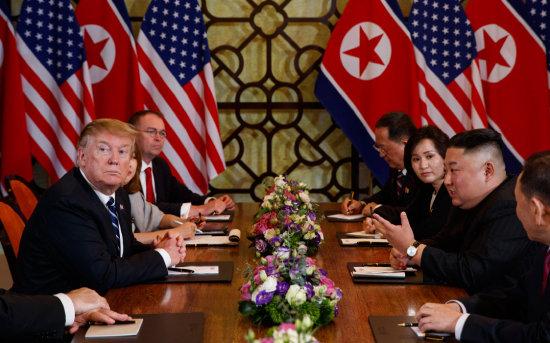 도널드 트럼프 미국 대통령과 김정은 북한 국무위원장이 2019년 2월 28일(현지시간) 하노이 메트로폴 호텔 회담장에서 확대 양자 회담을 하고 있다. [뉴시스]