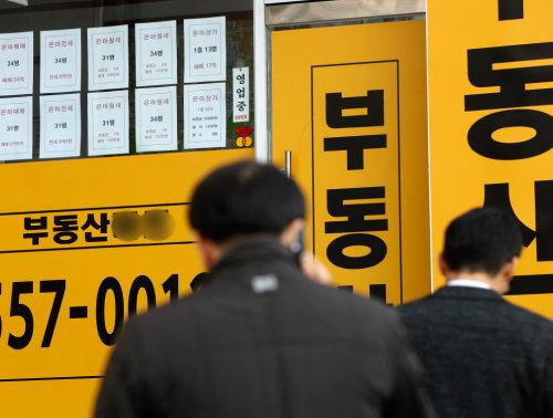2019년 12월 24일 서울 강남구 대치동의 한 공인중개사 사무소에 전세 매물 전단이 여럿 붙어 있다. [뉴스1]