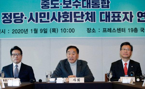 1월 9일 자유한국당과 새로운보수당을 포함한 정당·사회단체가 중도·보수대통합을 위한 혁신통합추진위원회를 구성하기로 결의했다. 이 자리에는 자유한국당을 대표해 이양수 의원(오른쪽)이 참석했다. [뉴스1]