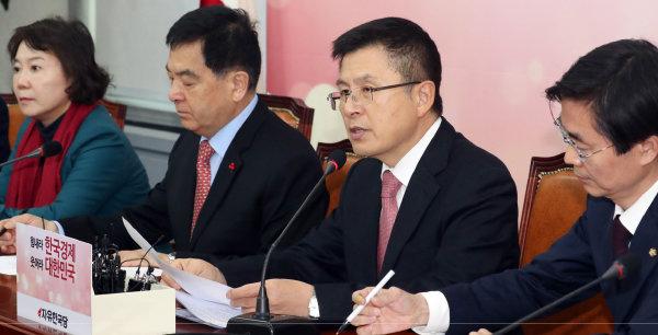 황교안 자유한국당 대표(왼쪽 세번째)가 1월 9일 서울 여의도 국회에서 열린 최고위원회의에서 모두발언을 하고 있다. [뉴스1]