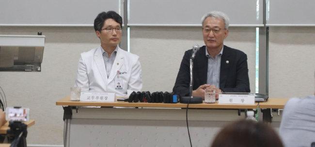 신상욱 부산대의전원 원장(오른쪽)이 지난해 8월 26일 양산캠퍼스 간호대에서 열린 긴급 기자간담회에서 장학금 규정에 대해 설명하고 있다. [박경모 동아일보 기자]