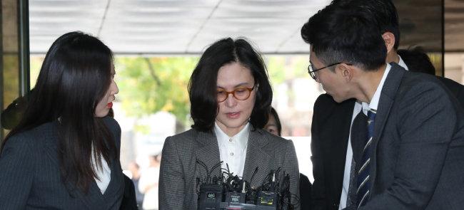조국 전 법무부 장관의 부인 정경심 동양대 교수가 지난해 10월 23일 영장실질심사를 받기 위해 서울중앙지법에 출석해 기자들의 질문에 답하고 있다.