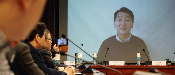1월 9일 국회 의원회관에서 열린 '한국정치 이대로 좋은가' 정책토론회에서 안철수 바른미래당 전 대표의 영상메시지가 방영되고 있다. [뉴시스]