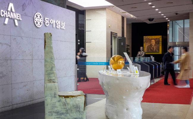 '내일을 담는 100년의 상(床)'  작품이 전시된 동아미디어센터 로비.  [박해윤 기자]