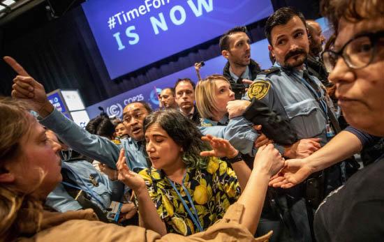 2019년 12월 11일 스페인 마드리드의 기후변화협약 당사국총회(COP25) 행사장에서 시위대와 안전 요원이 대치하고 있다. 당사국 총회는 큰 성과 없이 막을 내렸다. [뉴시스]
