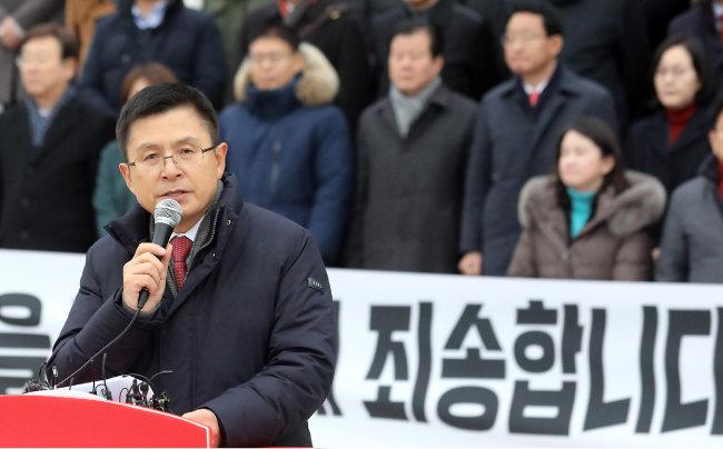 황교안 자유한국당 대표가 1월 2일 국회 본청 계단 앞에서 새해 국민들께 드리는 인사말을 하고 있다. [뉴시스]