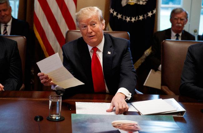 지난해 1월 2일 도널드 트럼프 미국 대통령이 백악관에서 김정은 북한 국무위원장이 보낸 서신을 손에 쥐고 있다. [뉴시스]