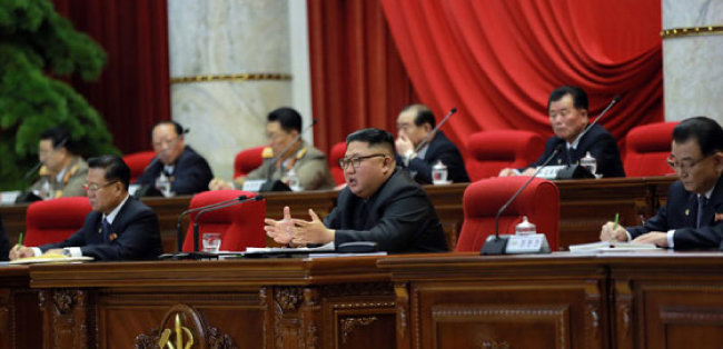 """김정은 북한 국무위원장은 지난해 12월 27일부터 나흘간 개최된 노동당 중앙위원회 제7기 제5차 전원회의에서 """"미국이 적대시 정책을 끝까지 추구한다면 비핵화는 영원히 없을 것""""이라고 말했다. [노동신문]"""